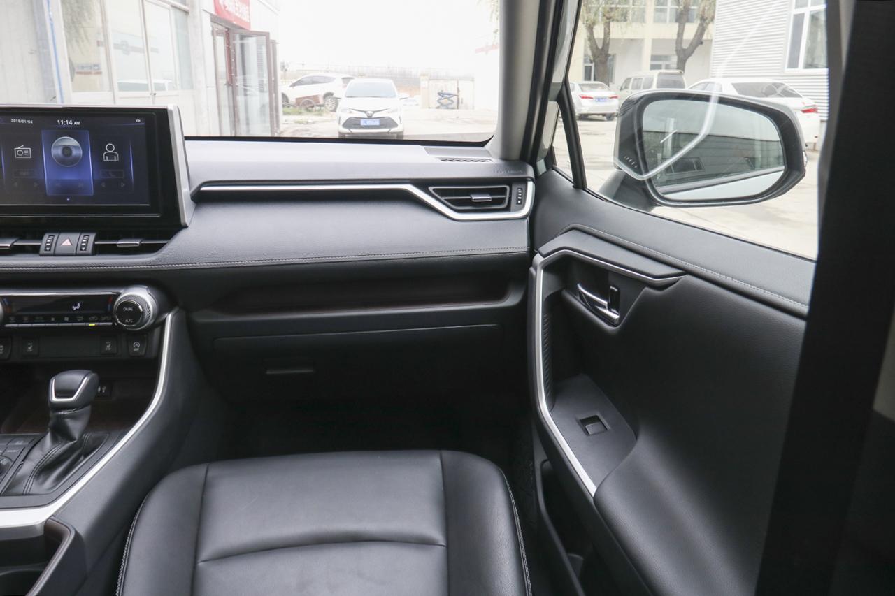 2020款RAV4荣放2.0L CVT四驱尊贵版